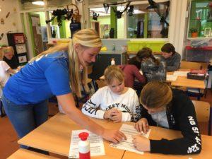 Linda (Team Sportservice) leidt de kinderen op