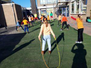 Kinderen die touwtje springen op het schoolplein
