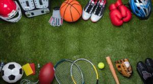 Verschillende sportattributen op een grasveld