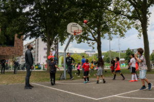 Kinderen spelen op basketbalveld