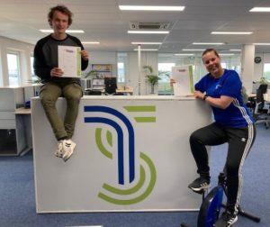 Collega's met hun certificaat