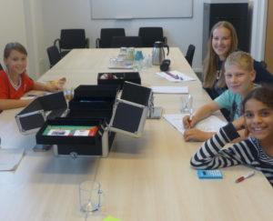 Huiswerkclub waar kinderen en jongeren gezamenlijk huiswerk maken en toetsen leren.
