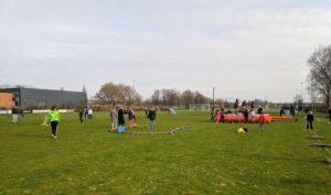 Kinderen die spelen met de attributen uit de Sport en Spelbus