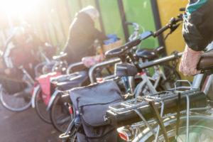 Ouderen die hun fiets pakken