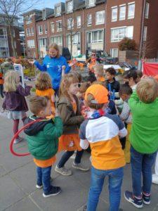 Kinderen tijdens de Koningsspelen op het schoolplein