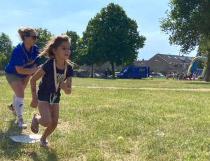 meisje rennen bij softbal