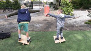 twee kinderen houden evenwicht
