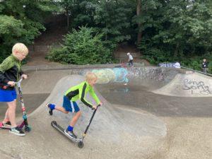 Twee jongens in het skatepark